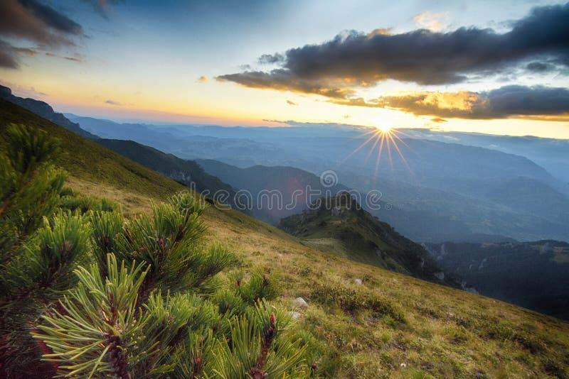 solnedgång för berg för hdrbildliggande majestätisk carpathian arkivfoto
