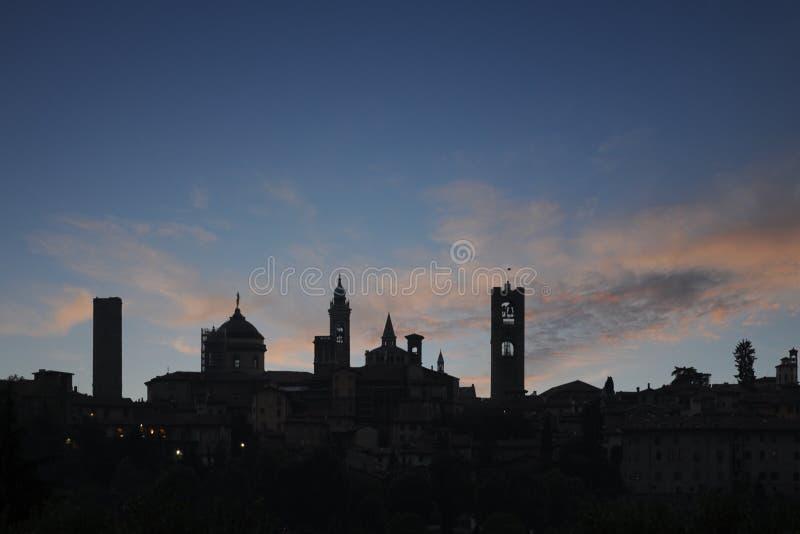 solnedgång för bergamo övrestadhorisont royaltyfria foton