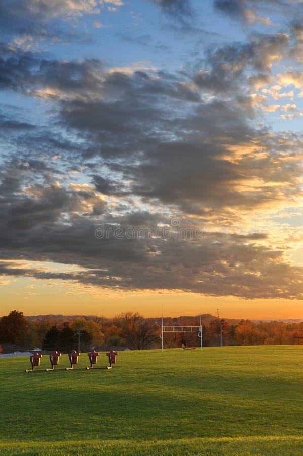 solnedgång för fältfotbollövning arkivbild