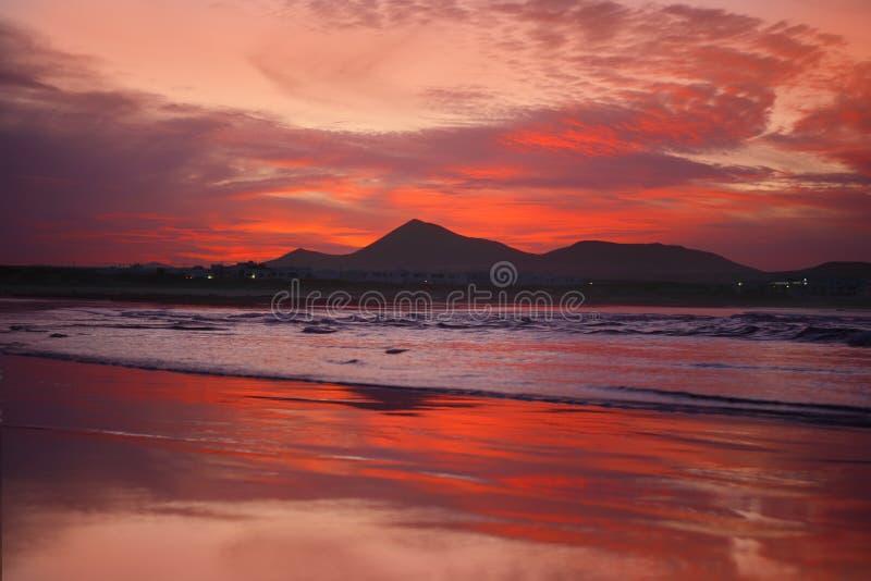 solnedgång för famaralanzarote orange playa arkivfoton