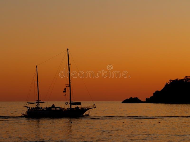 solnedgång för fartygseglingsilhouette arkivfoton