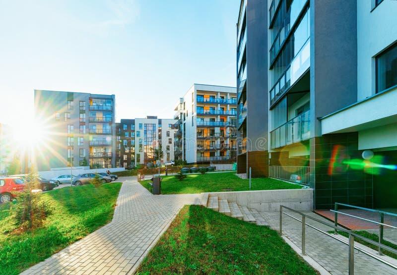 Solnedgång för fastighet för bostads- byggnader för hus och för hem för lägenhet modern royaltyfri foto