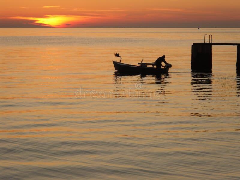 Solnedgång för fiskarefartyghav arkivbilder