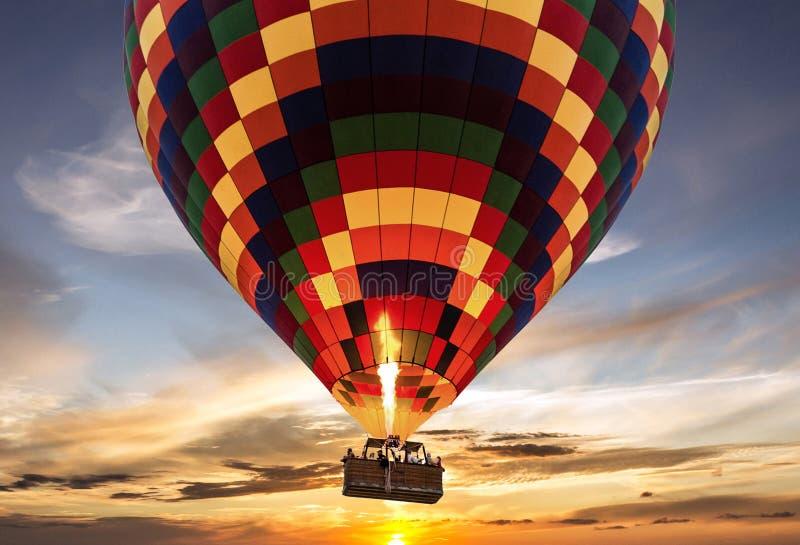 Solnedgång för flyg för ballong för varm luft arkivfoto