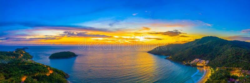 solnedgång för flyg- sikt ovanför den Nai Harn stranden arkivbild