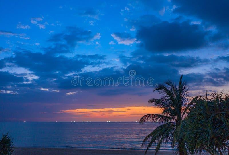 solnedgång för flyg- sikt på den Karon stranden arkivfoto