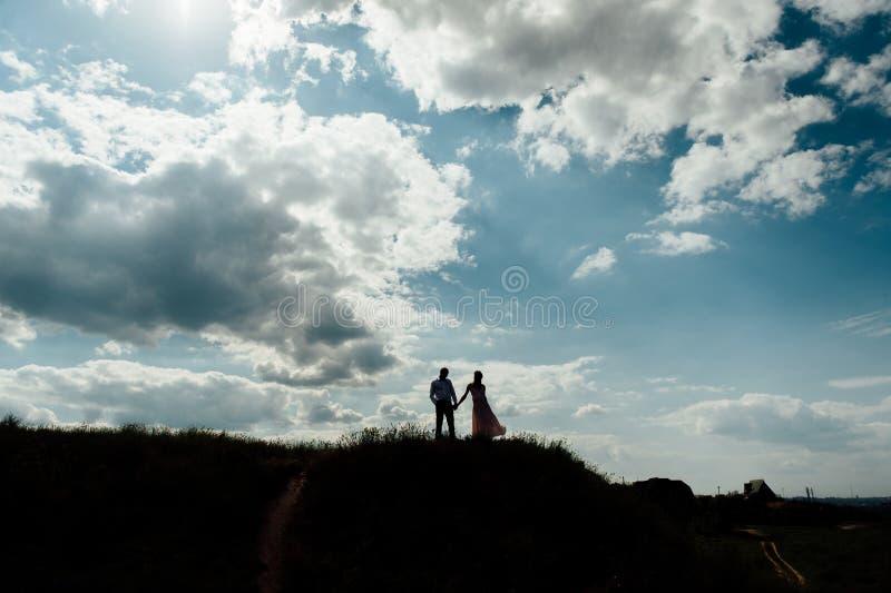 Solnedgång för himmel för kontur för parvänferie lycklig royaltyfri foto