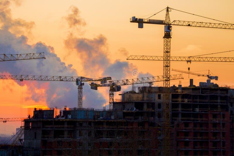 Solnedgång för husbyggnad arkivfoto