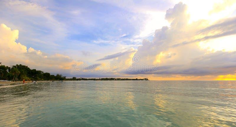 Solnedgång för karibiskt hav på stranden royaltyfria bilder