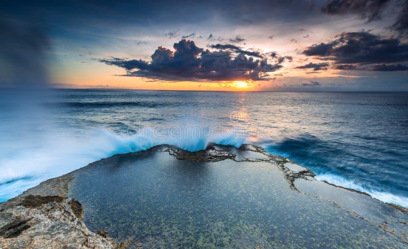 Solnedgång för landskapvattenhav och långa expor arkivbilder