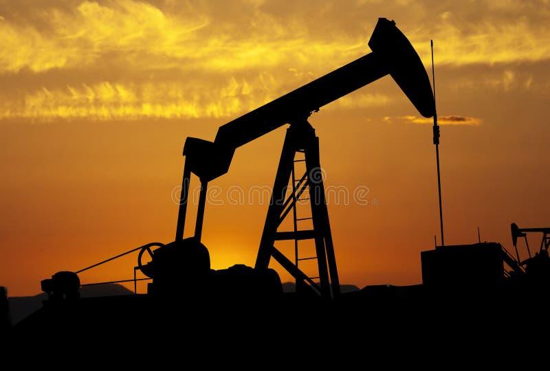 solnedgång för oljepump royaltyfri foto