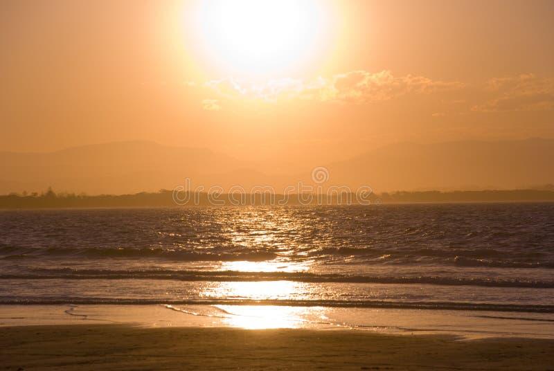 solnedgång för orange för fjärdbyronguld arkivfoto