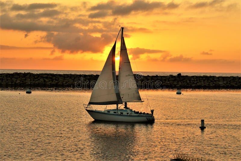 Solnedgång för Portifino Kalifornien havsida i Redondo Beach, Kalifornien, Förenta staterna royaltyfri bild