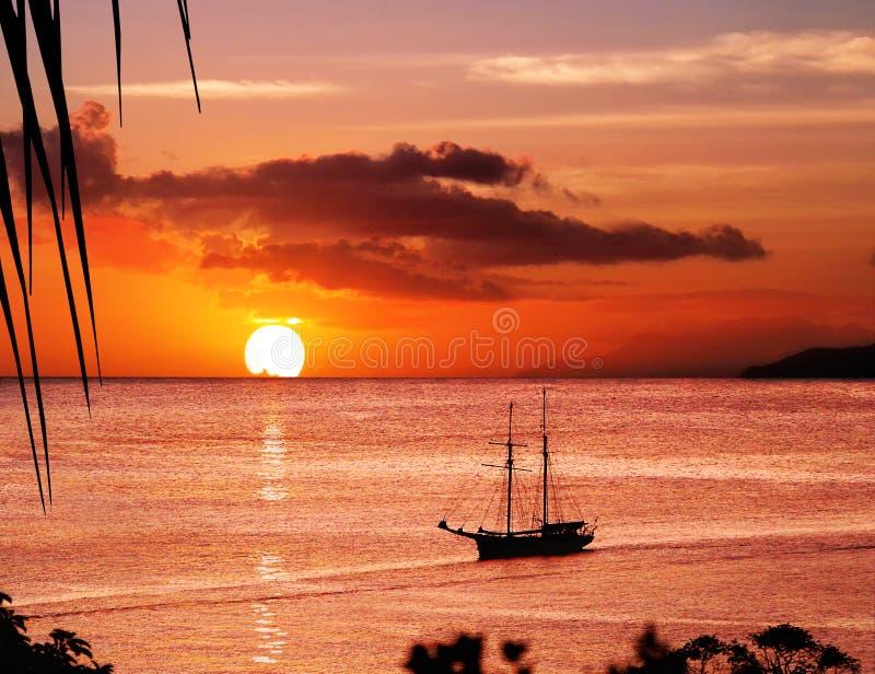 solnedgång för segling för fartygöparadis arkivfoto