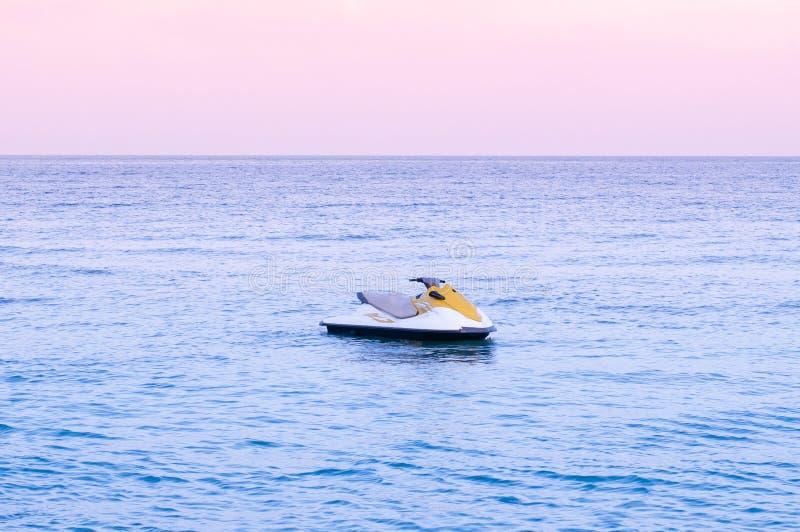 Solnedgång för signal för bred seascape för sommar tropisk rosa eller soluppgånghimmel i Samui med Jet Ski arkivbild