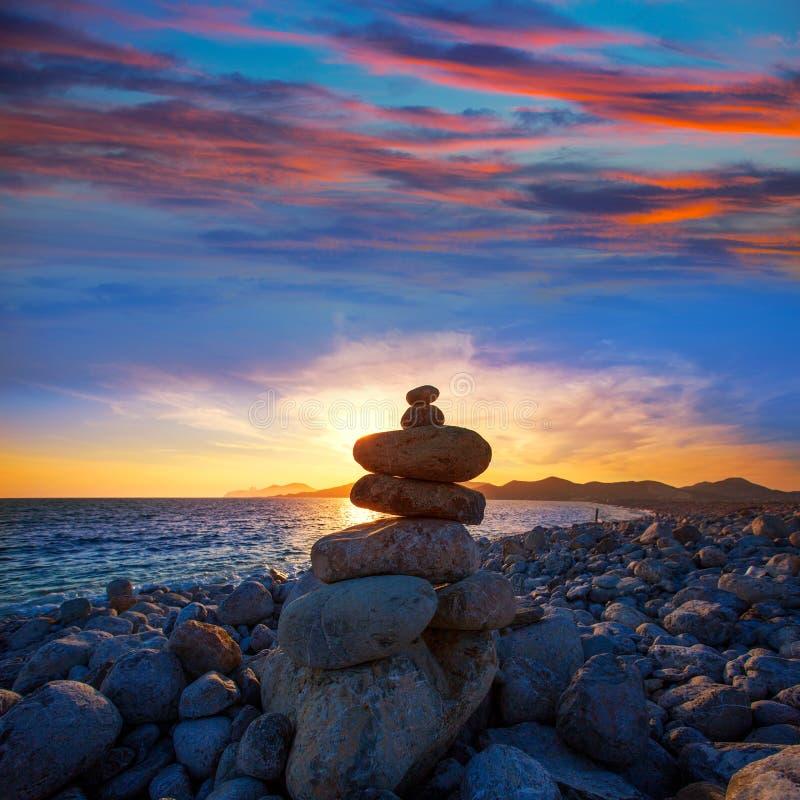 Solnedgång för strand för Ibiza lockdes Falco med luststenar arkivfoton