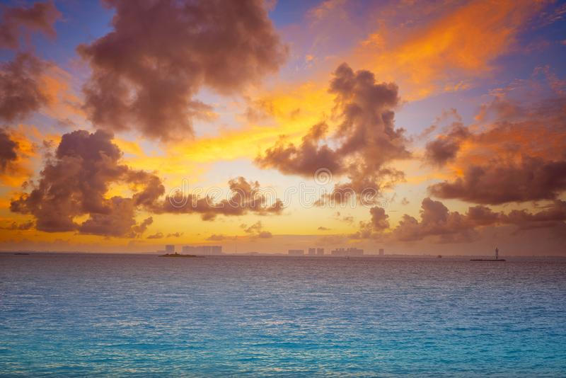 Solnedgång för strand för Isla Mujeres ö karibisk royaltyfria bilder
