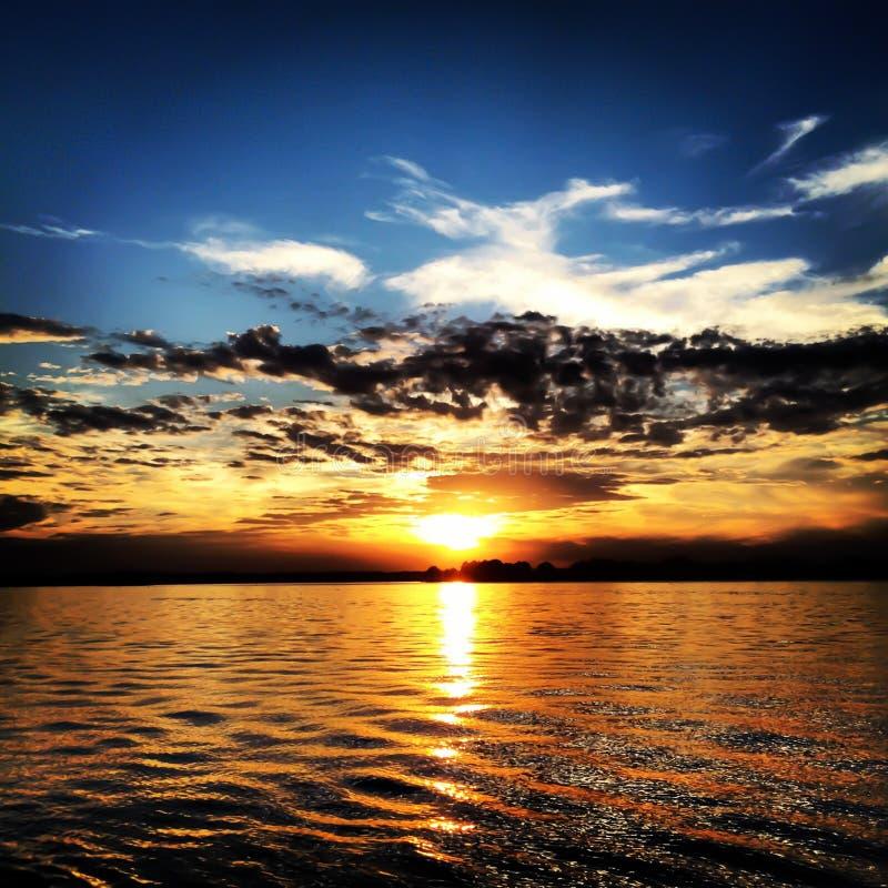 Solnedgång för uddeskräckflod royaltyfria foton