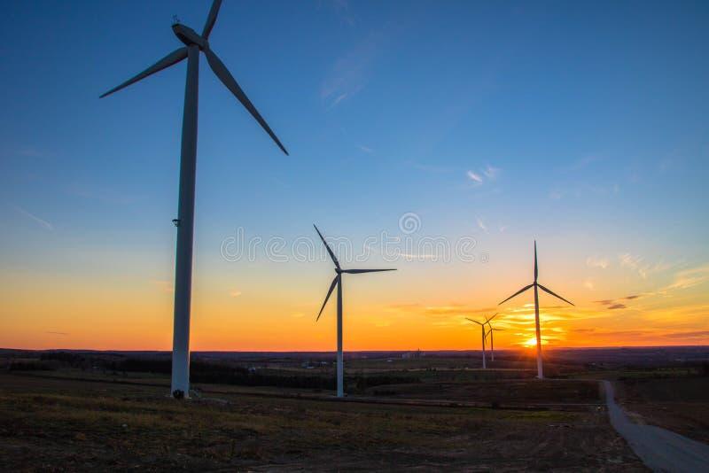 Solnedgång för vindturbiner royaltyfria foton