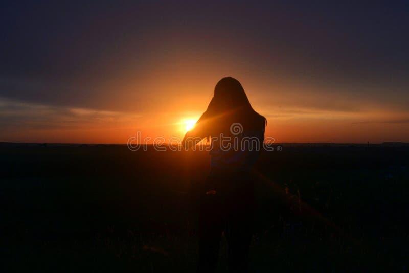 Solnedgång flicka arkivfoton