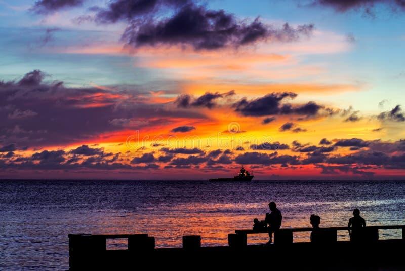 Solnedgång, folkkonturer och skeppet arkivfoton