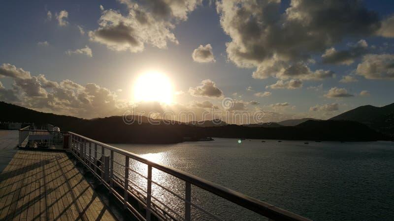 Solnedgång från ett kryssningskepp arkivfoto