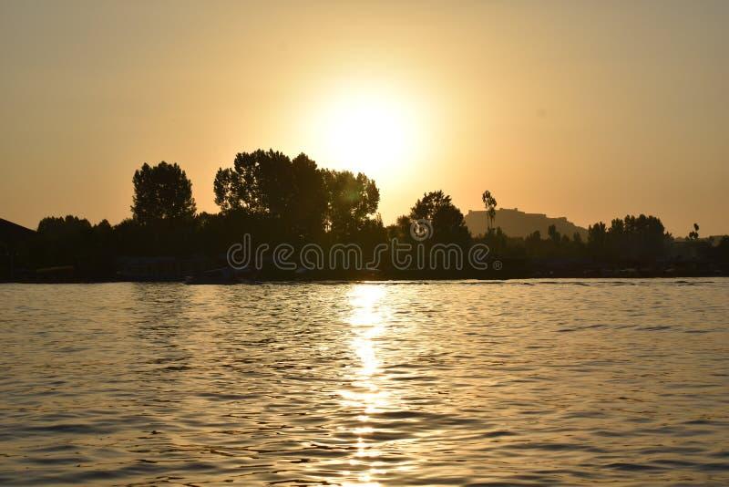 Solnedgång från fartyget i Dal sjön, Srinagar, Jammu and Kashmir, Indien royaltyfri bild