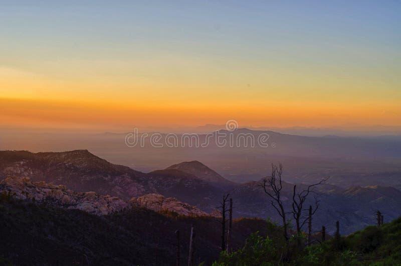 Solnedgång från Mt Lemmon på den Coronado nationalparken, Tucson AZ royaltyfria bilder