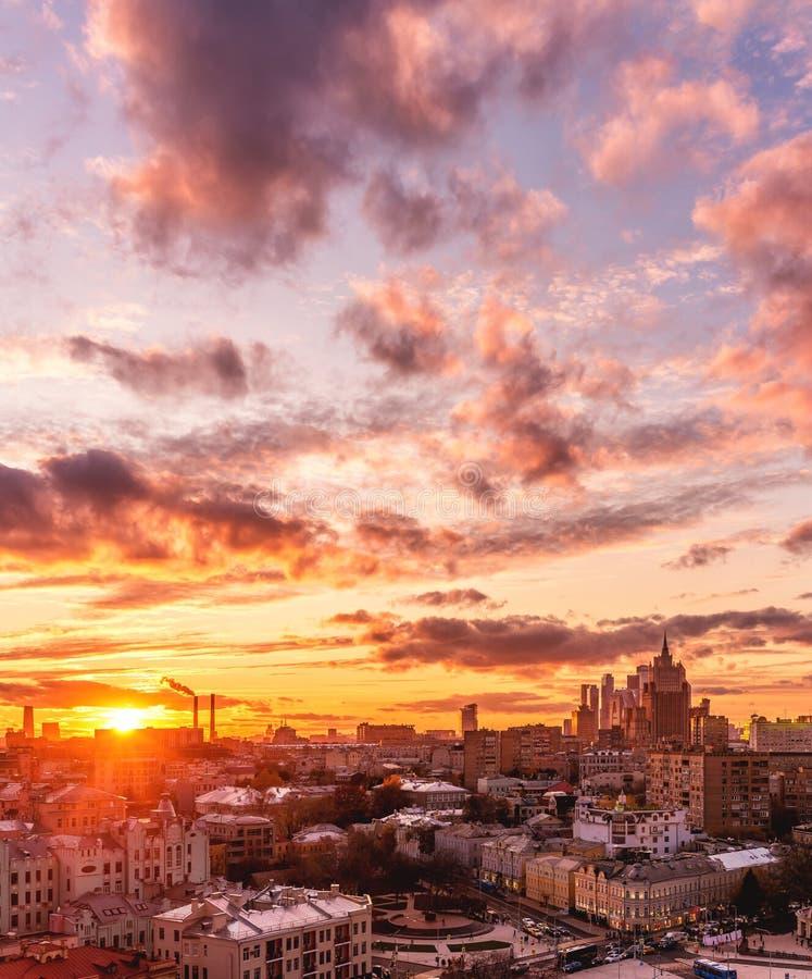 Solnedgång från observationsdäcket av domkyrkan av Kristus frälsaren Sikt av utrikesdepartementet, stad för Moskva för affärsmitt royaltyfri foto