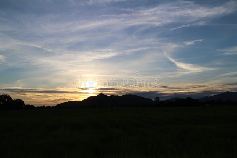 Solnedgång guld- färg med klar blå himmel arkivfoton