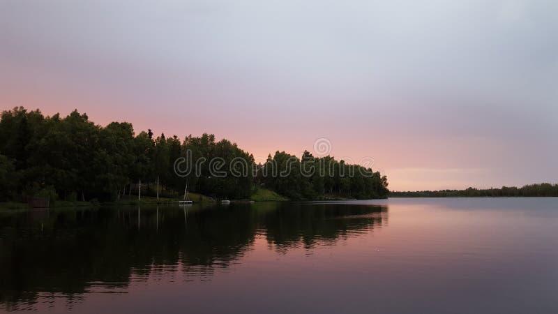 Solnedgång härlig sikt för sjölandskap royaltyfri bild