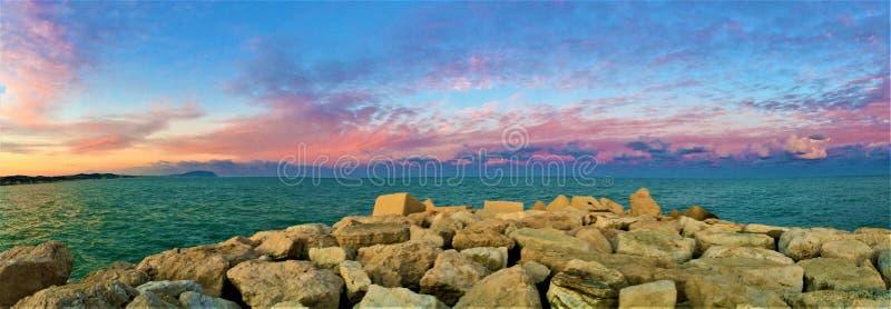 Solnedgång, hav och färger i den touristic hamnen av Civitanova Marche fotografering för bildbyråer
