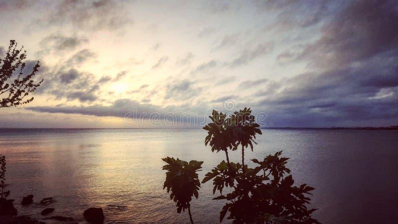 Solnedgång @ havet arkivfoto