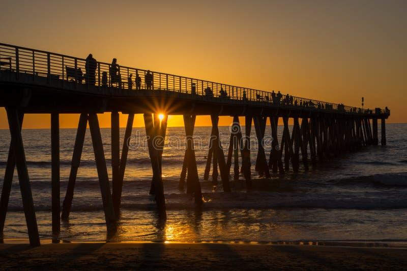 Solnedgång Hermosa strandpir arkivbild