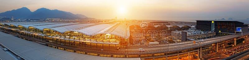 Solnedgång Hong Kong för internationell flygplats arkivbilder