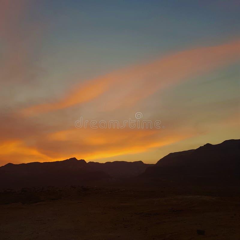 Solnedgång i ökenbergen arkivbilder