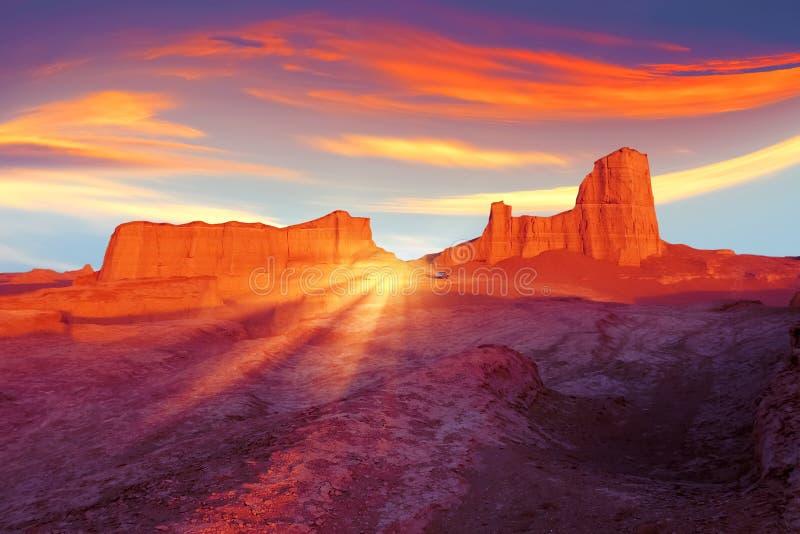 Solnedgång i öknen av Iran Främmande planetbegrepp För apelsin, röd och gul konstnärlig bild för Ultraviolet, för blått, arkivfoton