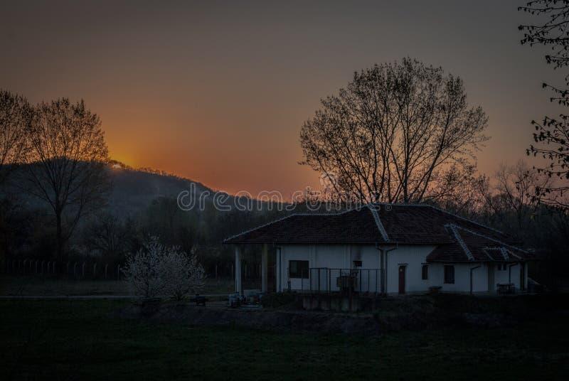Solnedgång i by fotografering för bildbyråer