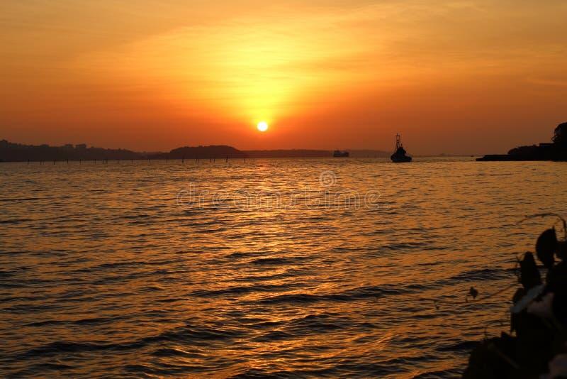 Solnedgång i aftonen på mitt hem royaltyfria bilder