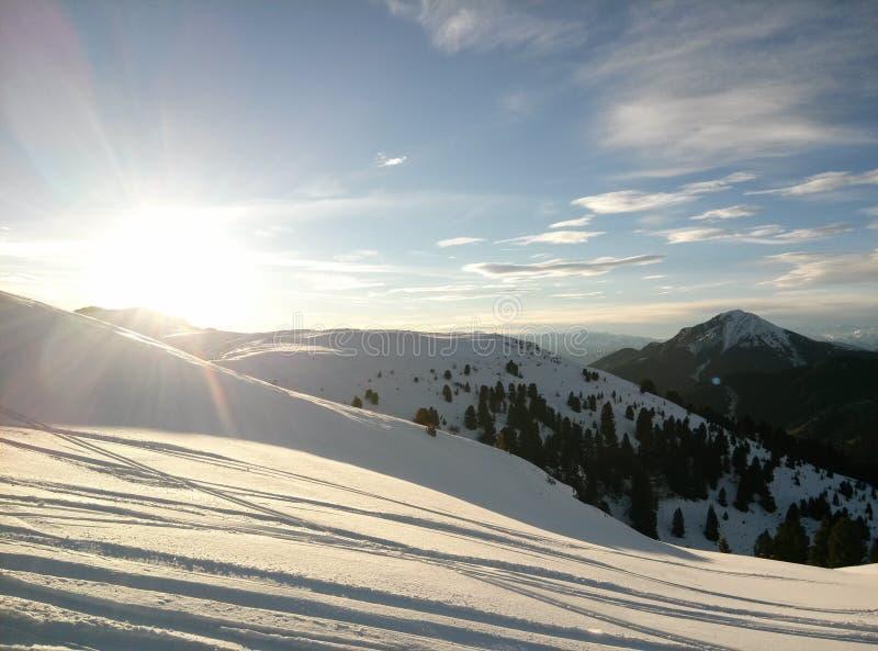 Solnedgång i alps arkivbild