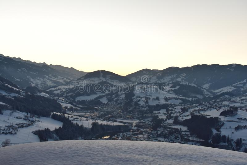 Solnedgång i alpsna arkivbild