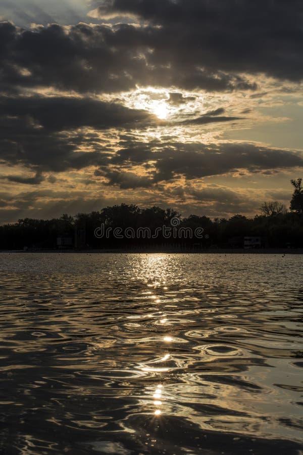 Solnedgång i Belgrad på sjön Ada royaltyfria foton