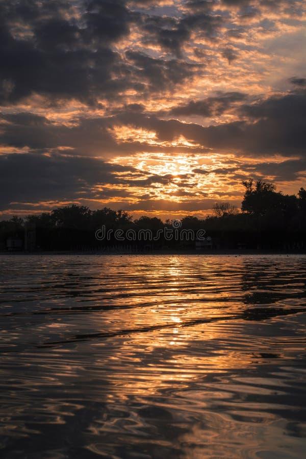 Solnedgång i Belgrad på sjön Ada royaltyfri foto