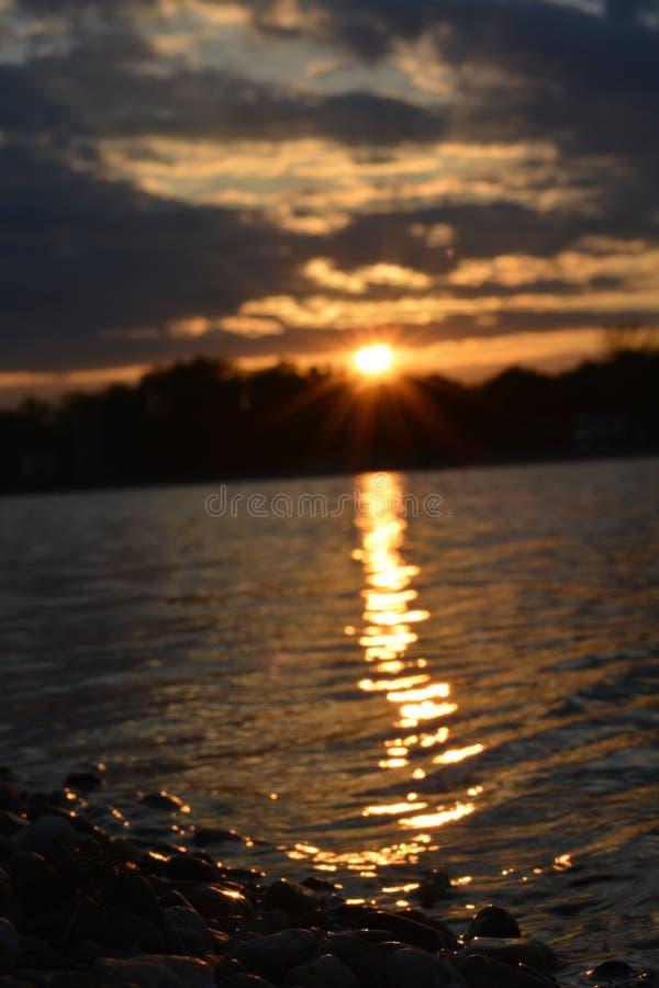 Solnedgång i Belgrad på sjön Ada arkivbilder