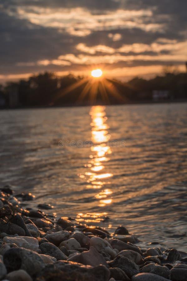 Solnedgång i Belgrad på sjön Ada royaltyfri fotografi