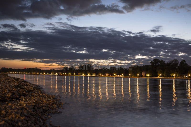 Solnedgång i Belgrad på sjön Ada royaltyfri bild