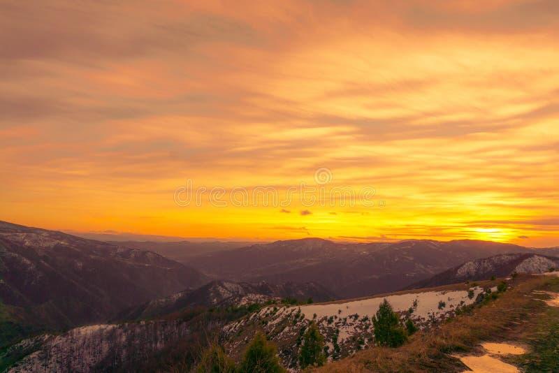 Solnedgång i berg kallade tabeller i Serbien royaltyfria foton