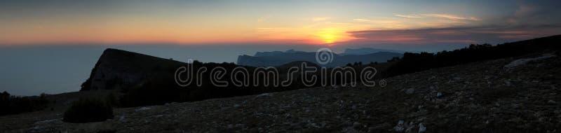 Download Solnedgång i bergen. arkivfoto. Bild av long, sommar - 27282400