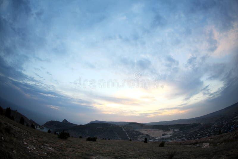 Download Solnedgång i bergen fotografering för bildbyråer. Bild av dimmigt - 27282413