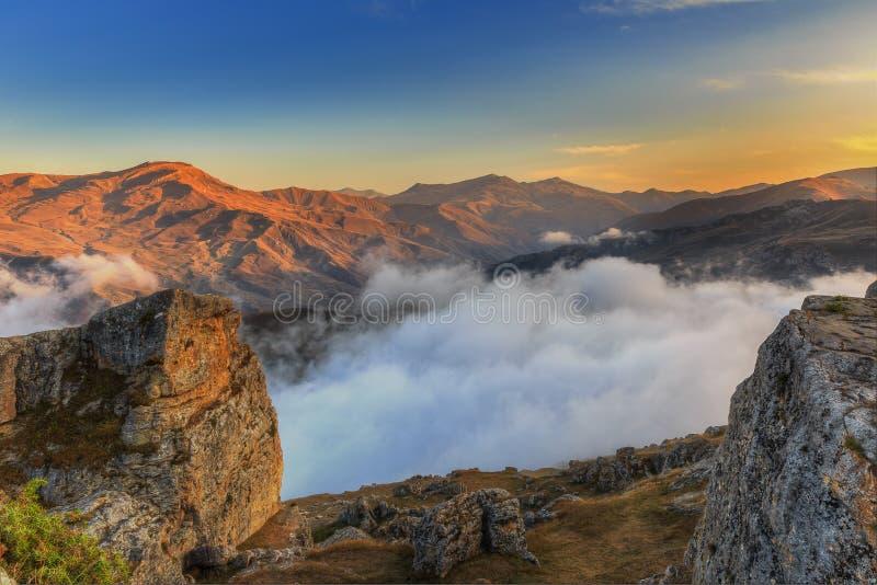 Solnedgång i bergen av byn av Gryz _ royaltyfria bilder
